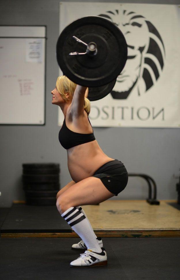 Embarazada de noveno mes levantando pesas