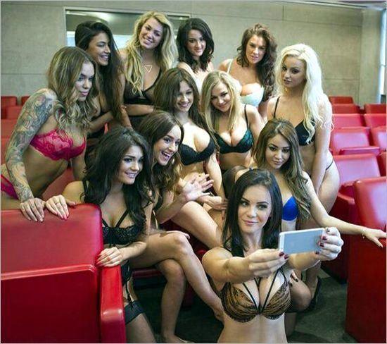 Y a la moda de las Selfies se unen las chicas de la revista Nuts