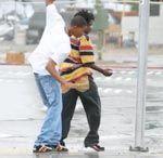 Baile callejero bajo la lluvia
