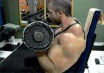 Fardando orgulloso de Bíceps artificiales
