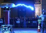 Dr Megavolt juega con 200.000 voltios
