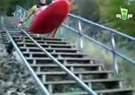 Se lanza por las escaleras en kayak