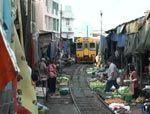 Mae Klonk, un mercadillo en las vias del tren